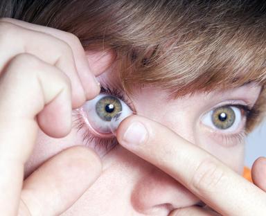 Kontaktlinsen herausnehmen und einsetzen